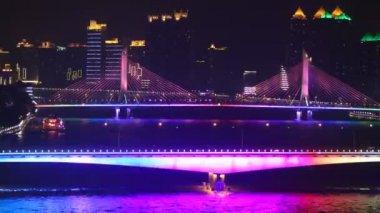 江湾桥站立和摩天大楼附近浮船在光的闪耀 — 图库视频影像