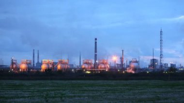 Phosphoric factory in light of lanterns stand against evening sky — Stock Video