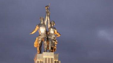 Pomnik pracowników i rolników zbiorową stoi na tle nocnego nieba — Wideo stockowe