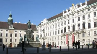 Monument to emperor Franz I stands in Inderburg Square center — Stock Video