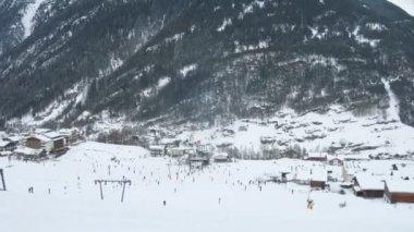 Touristes allument sur ski et snowboard sur piste de ski — Vidéo