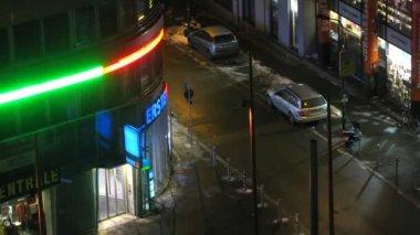 Atm está parado en la esquina de la calle por la noche mariahilfer el vestíbulo — Vídeo de stock