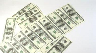 Cien billetes de dólar aparecen y desaparecen de la pantalla — Vídeo de stock