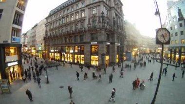 Palyaço nerede turist yürümek stephansplatz topları açılırsa — Stok video