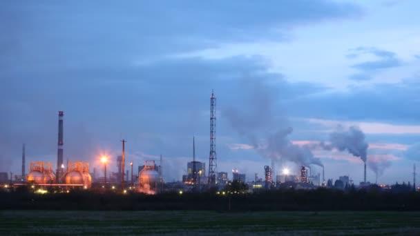 Eje de la chimenea de fábrica fosfórico oponerse a cielo — Vídeo de stock
