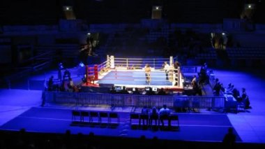 Fight of boxers passes on World series of boxing among club commands in sports Palace Krylatskoe — Stock Video