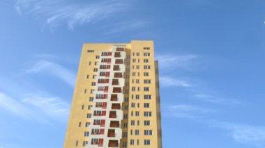голубое небо крыши высотное здание желтого цвета — Стоковое видео