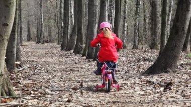 Menina desaparece na bicicleta no parque — Vídeo stock