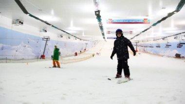 Chico esquiador intenta mantener equilibrio en ski resort cuatro temporadas snejcom — Vídeo de stock
