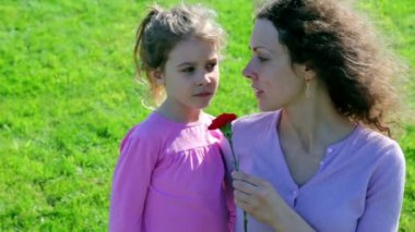 Mother hold red flower and tell about WWII to her little daughter — Stock Video