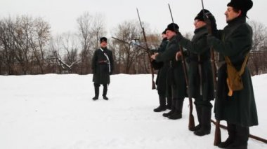 Officer gives command, and soldiers shoot long guns at historical reconstruction — Stock Video