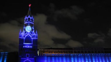 Spassky tower stands against flying clouds in night on festival CIRCLE OF LIGHT — Stock Video
