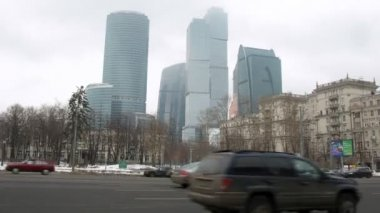 Flow of cars goes on prospectus before business center Moscow City — Stock Video