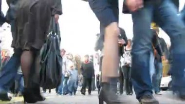 Crowd of people goes on pedestrian crossing in afternoon on Sokolniki — Stock Video