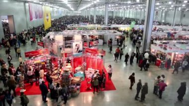 Lot of people in large hangar at International Dog Show Eurasia 2011 — Stock Video