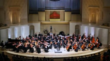 Conductor and Symphony Orchestra of Moscow State Conservatory named after P. Tchaikovsky — Stockvideo