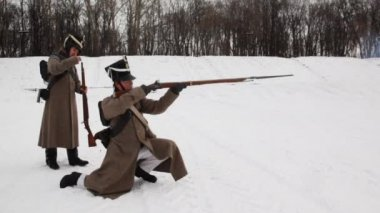 Two soldiers of Russian army 19th century fired from long barrel gun at historical reconstruction — Stock Video
