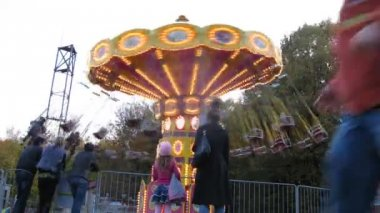 People ride on chairoplane in afternoon in park Sokolniki — Stock Video
