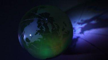 Esfera de cristal tierra sombra con iluminación color cambiable — Vídeo de Stock