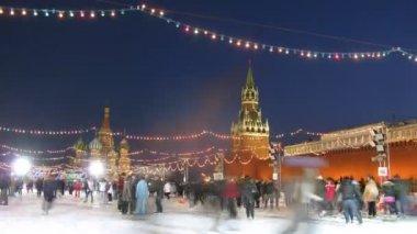 Yetişkinler ve çocuklar paten kremlin tatjana günde yakın ülkenin ana buz pateni pisti üzerinde — Stok video