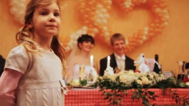 Little girl on wedding, behind groom with bride behind table — Stock Video
