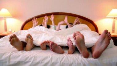 Famiglia giaceva a letto — Video Stock