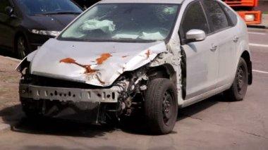 Uszkodzony samochód po wypadku stanąć po stronie drogi na tle ruchu — Wideo stockowe