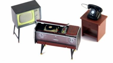 Toy vintage phonograph, phone and tv set circling — Stock Video