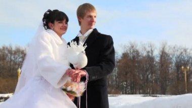 鸽子坐下来在一对新婚夫妇的肩上 — 图库视频影像