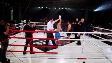 Winner declaration on boxing ring at The Battle of Moscow 3 — Stock Video