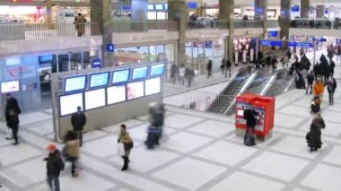Passengers go on hall Westbahnhof and approach to cash dispense — Vídeo de stock