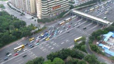 Voiture de travail devenue confiture raison sur l'autoroute — Vidéo