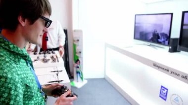 Man play 3D video game in glasses with gamepad during Game Developers Conference 2011 — Stock Video