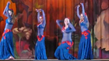 Participants on Bellydance Superiority of Moscow 2012 appear on scene — Stock video