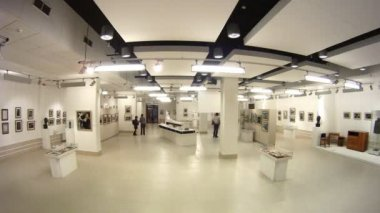 Visitors photograph and walk on Museum - exhibition center Rabochiy and Kolhoznica — Stock Video