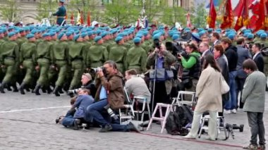 几位记者使手无寸铁的蓝色贝雷帽等级 3 月以红色标记的照片 — 图库视频影像