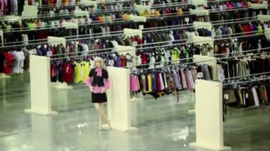 Two women walk in clothes shop with mannequins — Stock Video