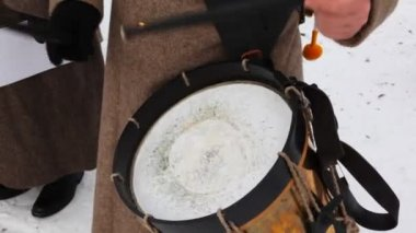 Soldier of Russian army 19th century play drums — Stock Video