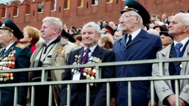 Many veterans stand on Red square near kremlin wall and Spasskaya tower — Stock Video