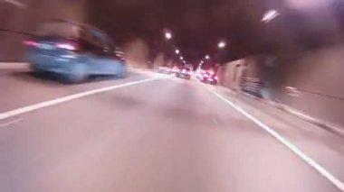 車はトンネルに入力し、高速道路を残す — ストックビデオ