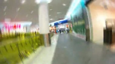 People visit shops of shopping center — Stock Video