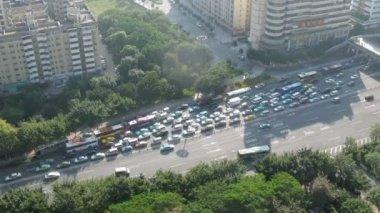 En la autopista en el tráfico de cuello de botella se formó mermelada — Vídeo de stock