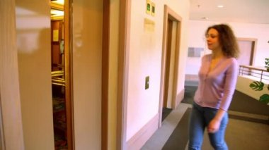 Automatic doors opens and young woman comes in elevator — Stock Video