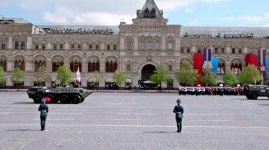 Taşıyıcı üzerine askerler ile kızıl meydan tarafından zafer geçidi üzerinde binmek — Stok video