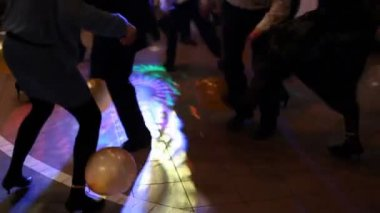 In disco people burst balloons adhered to their feet — Stock Video