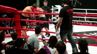 Two sportsmen fight in boxing ring corner at The Battle of Moscow 3 — Stock Video