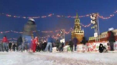 Patinage de gens sur la patinoire principale du pays près du kremlin à tatjana jour — Vidéo