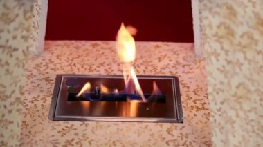 Tongen van vuur uit sleuf in plaat in houten frame — Stockvideo