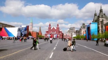 People walk at red square in Moscow, at victory holiday on spring — Stock Video