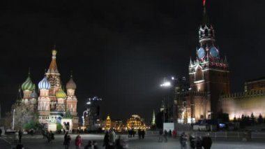 People walk on Red Square in night on festival CIRCLE OF LIGHT — Stock Video
